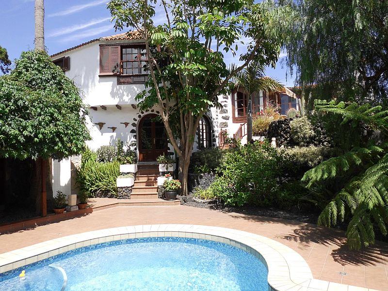 RESERVIERT!!!!!!!!  Große Villa im altkanarischen Stil mit (diversen) Nebengebäuden, Pool und paradiesischem Garten